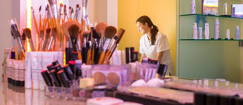Kosmetika reinigen, stabilisieren, vitalisieren, deodorieren oder parfümieren die Haut, Nägel und Haare.
